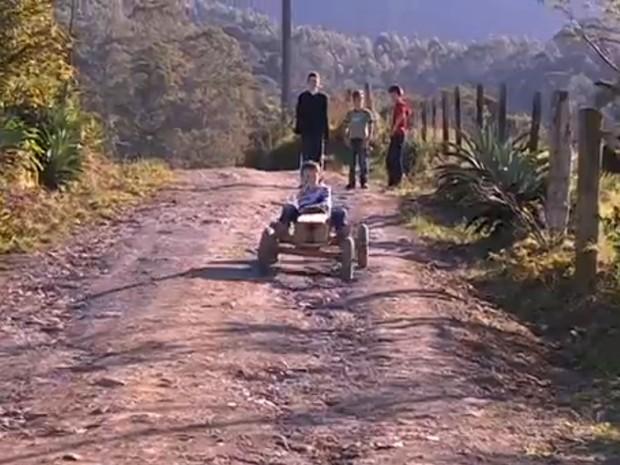 Brincadeira dos meninos do Vale do Itajaí virou hit na internet (Foto: Reprodução RBS TV)