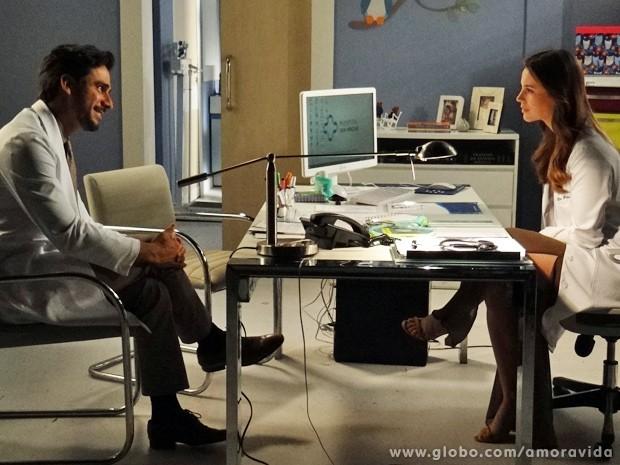 Jacques conta a Paloma que está saindo com Pilar, mas não consegue promoção (Foto: Amor à Vida / TV Globo)