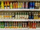 Garrafas vazias são colocadas à venda em supermercado na China