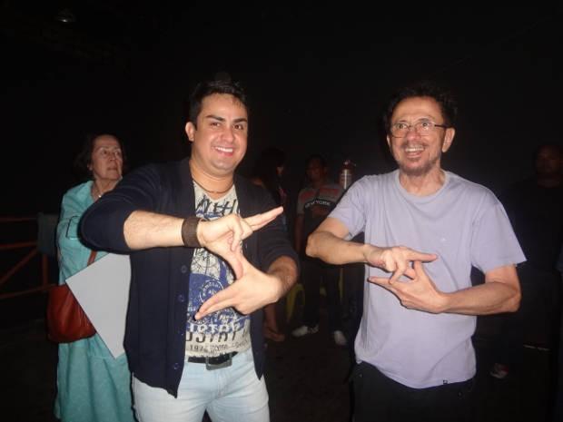 """Tom Zé """"faz o S"""" ao lado do DJ Juninho, do Super Pop (Foto: Gil Sóter/G1)"""