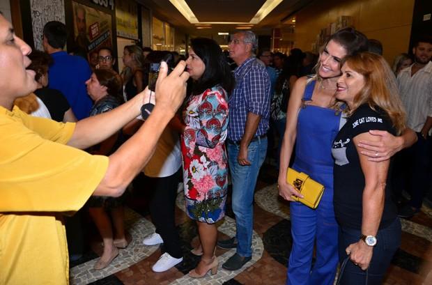 Deborah Secco e fã (Foto: Webert Belicio/AgNews)