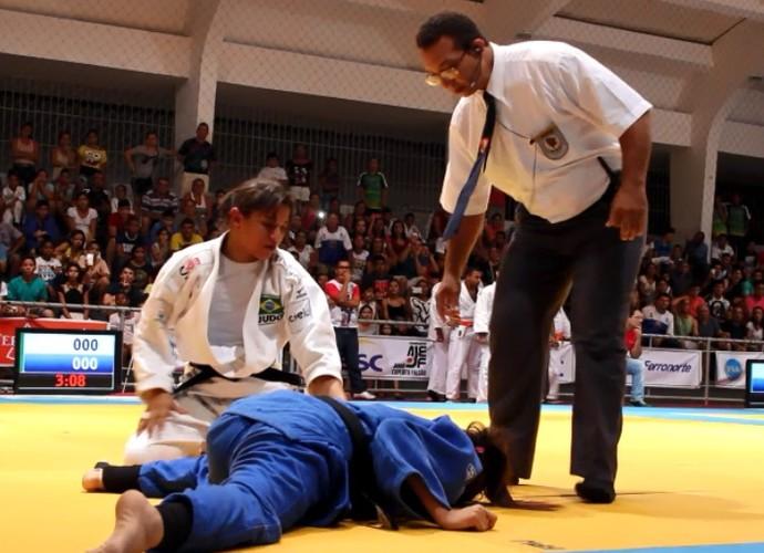 Sarah estrangula Lílian Lopes na Copa AJEF (Foto: Josiel Martins )