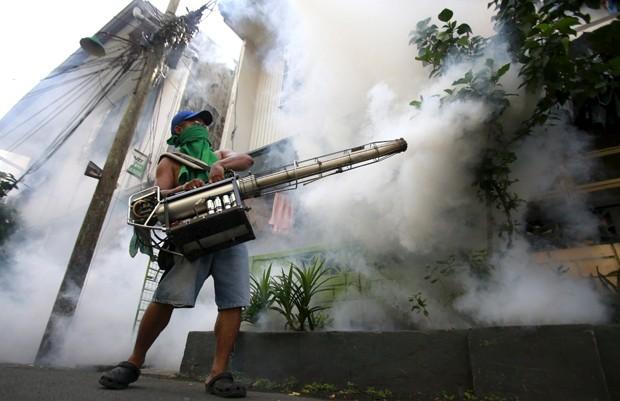 Funcionário aplica inseticida em área residencial de Paranaque, região metropolitana de Manila, nas Filipinas em 26 de setembro: casos de dengue na Ásia assustam autoridades (Foto:  Reuters/Romeo Ranoco)