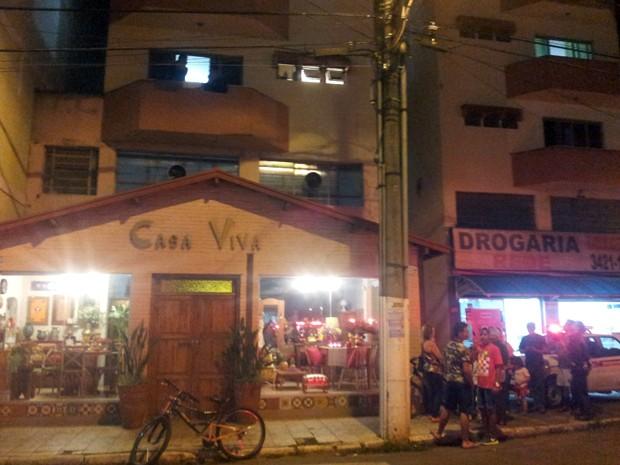 Polícia acredita que bebê tenha sido colocado no telhado por meio de apartamento do primeiro andar. (Foto: Daniela Ayres/ G1)