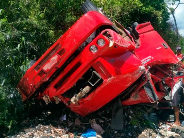 Segundo informações da PRF, motorista do caminhão sofreu ferimentos leves (Foto: Robenilton Matos/ Site Giro em Ipiaú)
