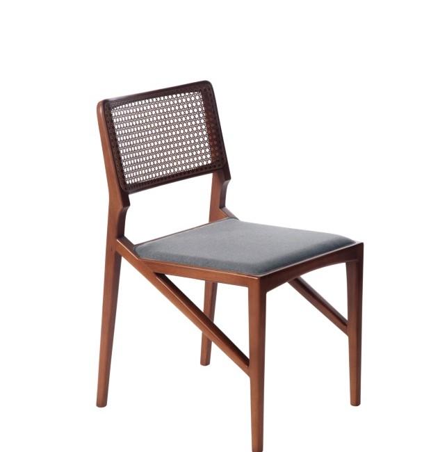 Cadeira Loures, de jequitibá maciço com palha nocelo e assento revestido de linho (Foto: Divulgação)