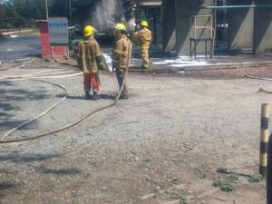 Bombeiros trabalham em área de explosão de caldeira (Foto: VC no ESTV)