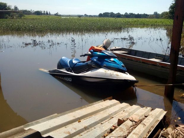 Motoaquática teria tido problemas técnicos no Rio Paranapanema, dizem testemunhas (Foto: André Bordim/TV TEM)