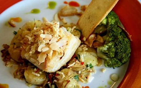 Bacalhau com batatas ao murro e brócolis
