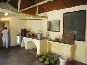 A cozinha do ashram; instalações são simples como o estilo de vida pregado e experimentado por Gandhi (Foto: Sam Panthaky/AFP)