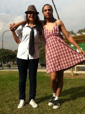 Estudantes de saia, vestido e top, e aluna de gravata, posam na Cidade Universitária da USP (Foto: Ana Carolina Moreno/G1)