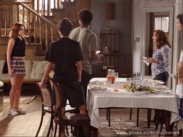 Super charmosa, Anita chama a atenção da família e de Ben (Foto: Malhação / TV Globo)