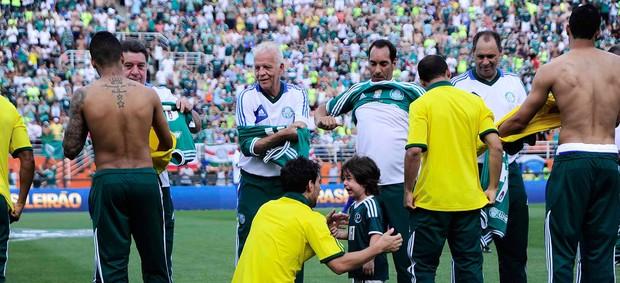 Jogadores atuais do Palmeiras trocam camisas com ídolos do passado  (Foto: Marcos Ribolli / Globoesporte.com)