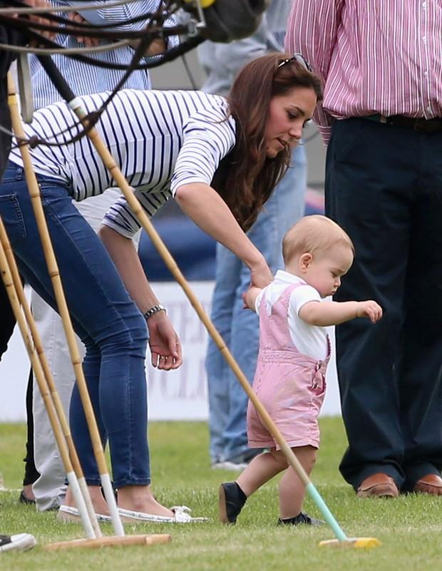 Kate Middleton e o príncipe George em jogo de polo na Inglaterra (Foto: Getty Images)