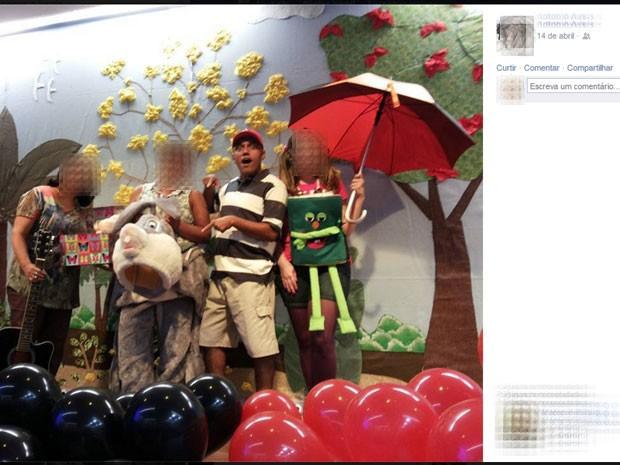 Antônio de Assis interpretou um menino malvado numa peça de teatro infantil durante a Páscoa para crianças do Mackenzie; para a sua defesa, meninas fantasiaram a possibilidade dele tê-las molestado (Foto: Reprodução/ Arquivo pessoal / Facebook)