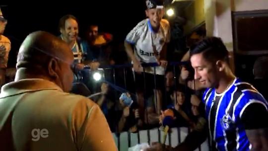 Com festa de quase mil gremistas,  Barrios desembarca em Porto Alegre