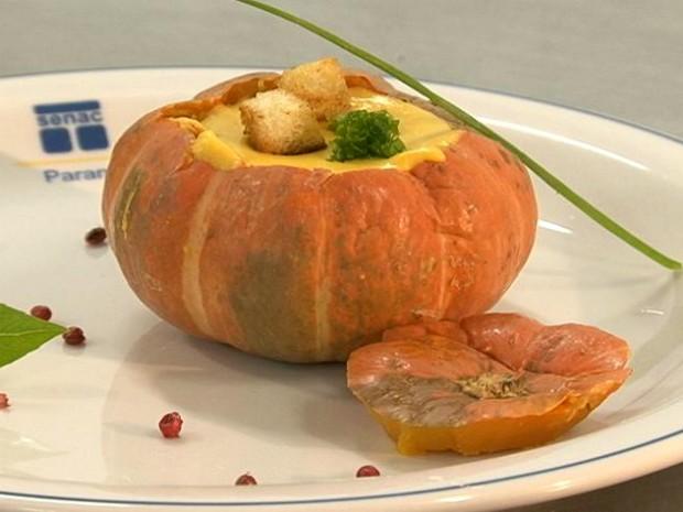 Caldo de abóbora pode ser servido dentro do próprio legume (Foto: Reprodução RPC TV Noroeste)