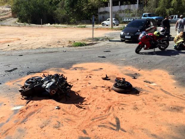 Moto esportiva ficou destruída em acidente com carro (Foto: Arquivo Pessoal)