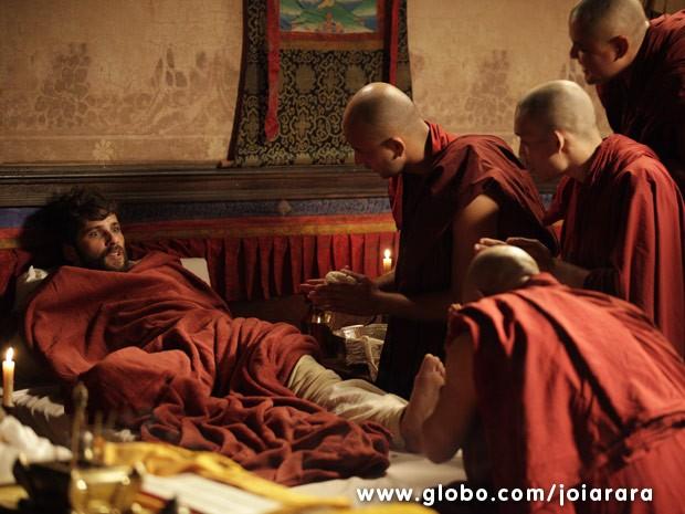 Grupo de monges budistas regasta Franz e o leva para o Mosteiro de Padma Ling (Foto: Joia Rara/ TV Globo)