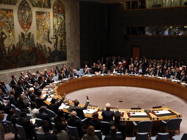 Membros do Conselho de Segurança da ONU aprovam por unanimidade resolução que determina que todos os países considerem um delito grave que seus cidadãos viajem para fora do país para lutar com grupos militantes ou que recrutem e apoiem outros a fazer isso (Foto: Jason DeCrow/AP)