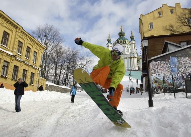 Outro foi fotografado praticando snowboarding (Foto: Sergei Chuzavkov/AP)