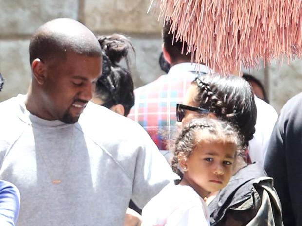 X17 - Kanye West, Kim Kardashain e North West em parque em Anaheim, na Califórnia, nos Estados Unidos (Foto: X17online/ Agência)