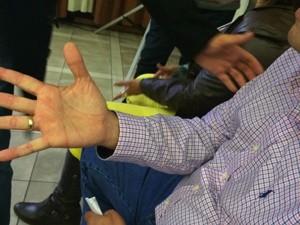 Locutor de rodeios acredita ter um chip dentro de uma das mãos, colocado lá por alienígenas (Foto: Maria Polo/G1)