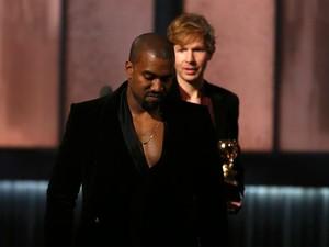 Kanye West faz que vai interromper Beck em seu discurso, mas fica na dele quando o músico ganha o prêmio de álbum do ano (Foto: Lucy Nicholson/Reuters)