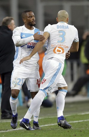 Evra e Doria, Olympique de Marselha (Foto: AP Photo/Claude Paris)