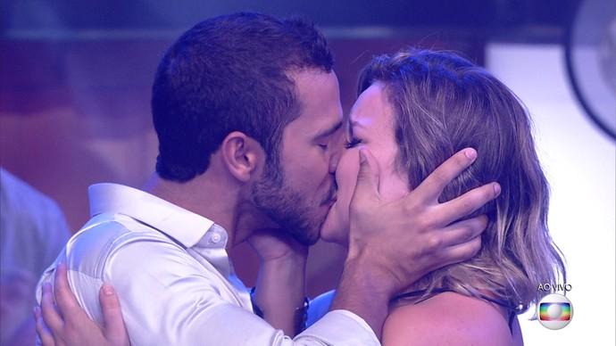 Maria Claudia e Matheus dão primeiro beijo (Foto: TV Globo)