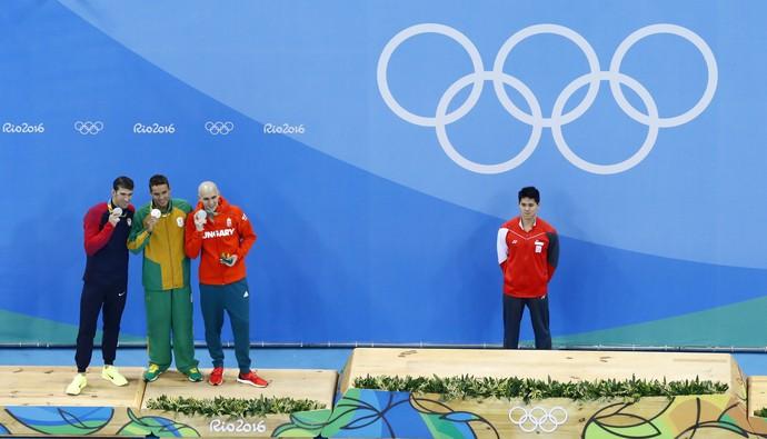 Pódio com três medalhistas de prata nos 100m borboleta (Foto: Athit Perawongmetha/REUTERS)