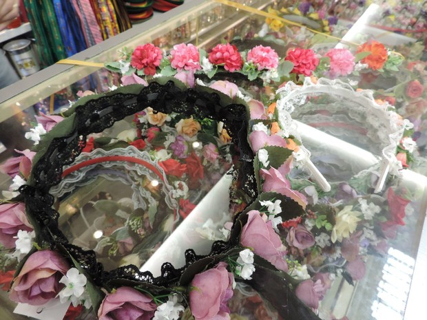 Flores estão em tiaras, coroas e faixas na Oktoberfest (Foto: Mariana de Ávila/G1)