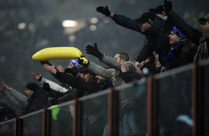torcida internazionale provoca balotelli (Foto: Reprodução)