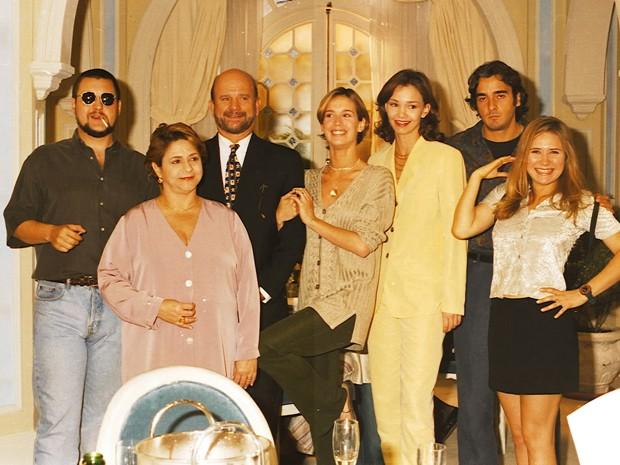 Parte do elenco de Zazá reunido nos bastidores (Foto: CEDOC / TV Globo)