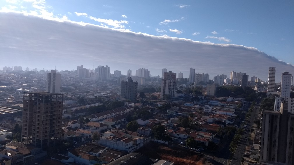 Nuvem gigante se formou no céu em Piracicaba  (Foto: Claudia Assencio/G1)