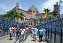 De joelhos, romeiros atravessam 'passarela da fé'