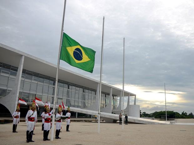 28 de janeiro - Bandeira Nacional é erguida a meio mastro em frente ao Palácio do Planalto, em homenagem às vítimas do incêndio em Santa Maria (RS) (Foto: Pedro Ladeira/AFP)