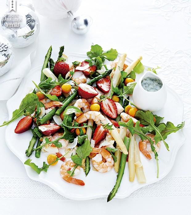 A salada de rúcula, camarões e aspargos, regada com molho de coco e salpicada de frutas vermelhas, tem cara festiva e combina como calorão do final de dezembro (Foto: StockFood / Gallo Images Pty Ltd.)