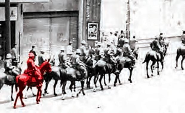 CENA COMUM EM 1968: A CAVALARIA DS POLÍCIA MILITAR TOMA A AVENIDA SÃO JOÃO, NO CENTRO DE SÃO PAULO (Foto: Acervo Memorial da Resistência de São Paulo)