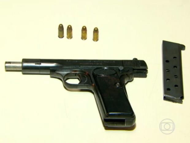 Divisão de Homicídios investiga a possibilidade do estrangeiro ser colecionador de armas. (Foto: Reprodução/TV Globo)