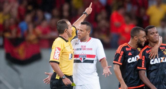 Luis Fabiano expulso (Foto: Aldo Carneiro/Pernambuco Press)