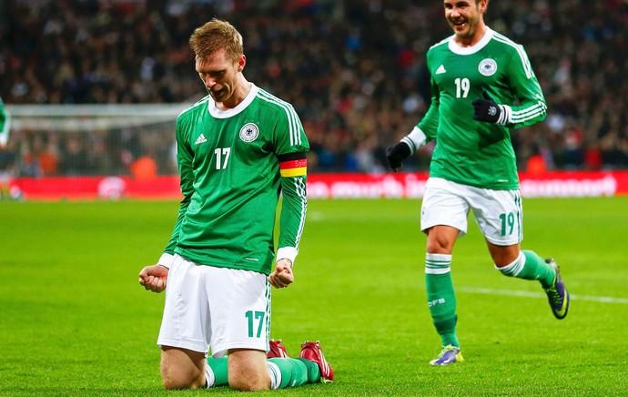Per Mertesacker e MArio Gotze comemoram, Inglaterra x Alemanha (Foto: Reuters)