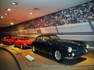 95115916930 Carros antigos expostos no Ferrari World (Foto  Flávia Mantovani G1)