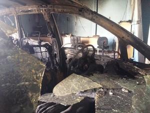 Dois carros foram atingidos pelo fogo ateado em empresa de Palhoça (Foto: João Salgado/RBS TV)
