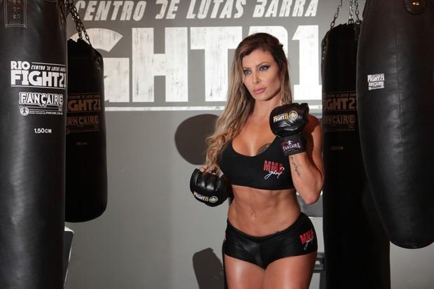 Luciane Hoepers pratica luta (Foto: Rafael Antonio / MF Models Assessoria)
