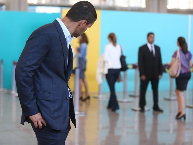Maurílio vai atrás de Cristina no aeroporto (Foto: Pedro Curi/ Gshow)
