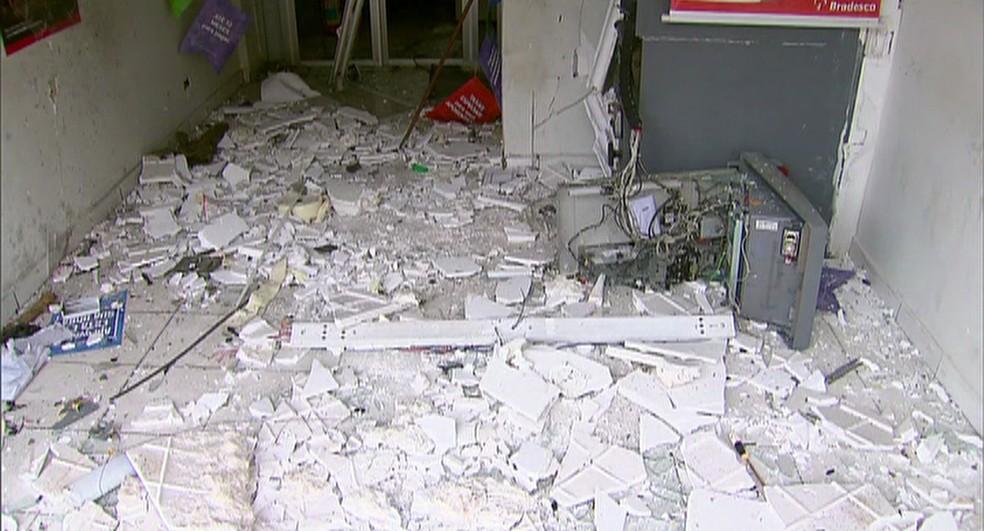 Agência ficou completamente destruída após explosão em Bom Jardim, no Agreste (Foto: Reprodução/TV Globo)