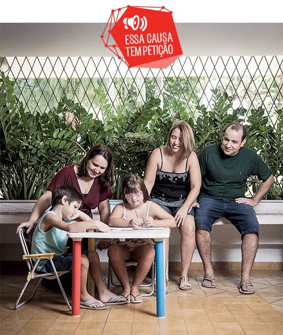 CUSTO A MAIS A família de Simone Cruz (de cabelos claros). Ela paga a profissional de apoio (à esq.) da filha, Manuela (sentada à mesa) (Foto: Stefano Martini/ÉPOCA)