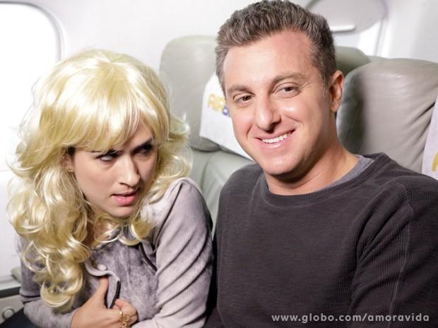 O que Valdirene, que está com uma peruca loira, vai aprontar dessa vez? (Foto: Amor à Vida/TV Globo)
