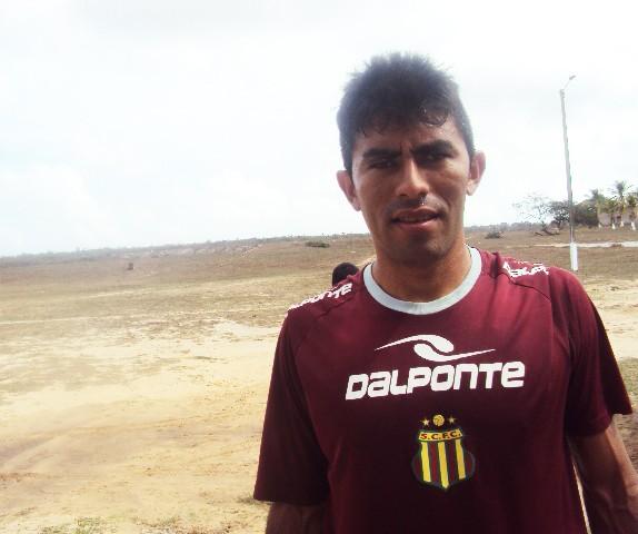 Júnior Chicão não teve uma boa temporada em 2012 (Foto: Afonso Diniz/Globoesporte.com)